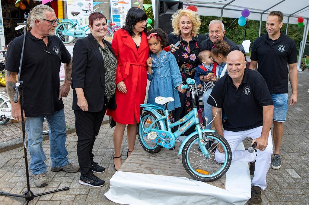Ook zus Kayleisaa werd verrast met een fiets. Foto: vincentvriesfoto.nl © rodi