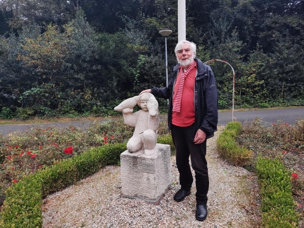 Bij het beeldje in het parkje van de Merelhof in Bergen. Als driejarig jongetje stond hij er model voor (Foto: Ed Bausch © rodi