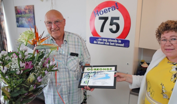 <p>Op zijn 75e verjaardag kreeg Jan Dekker een wel heel bijzonder cadeau van wethouder Annette Groot.</p>