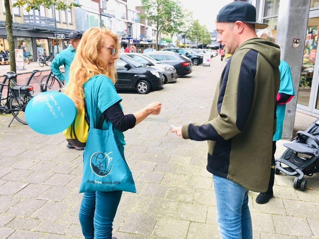 Een vrijwilligster spreekt met een voorbijganger (Foto: Stichting Geen Drugs-Wel Leven) © rodi