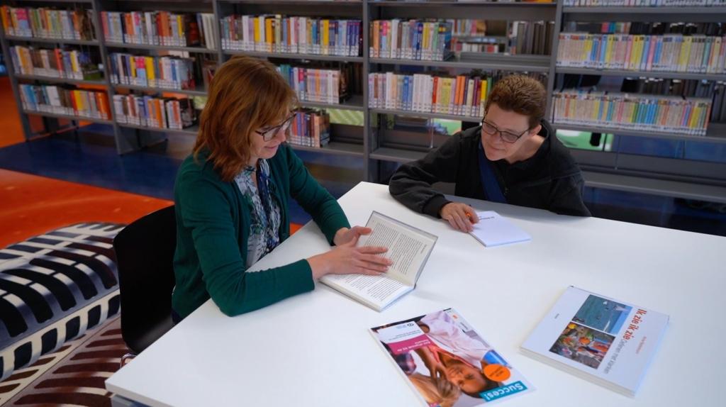 Danielle en Ria aan de slag in Bibliotheek Volendam. (Foto: aangeleverd) © rodi