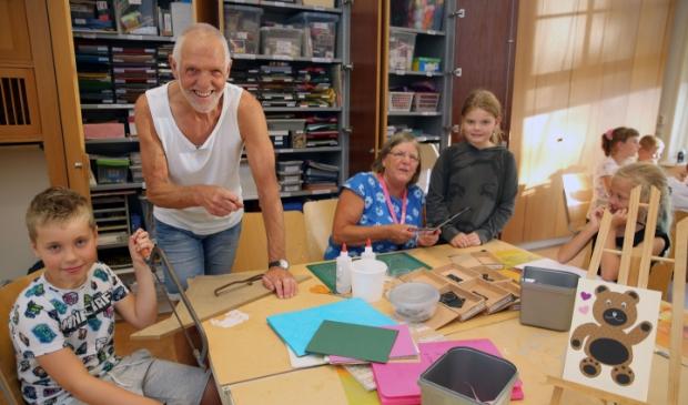 <p>Piet en Corrie Beers zijn elke vrijdag te vinden op de Knutselclub in Het Behouden Huis.</p>