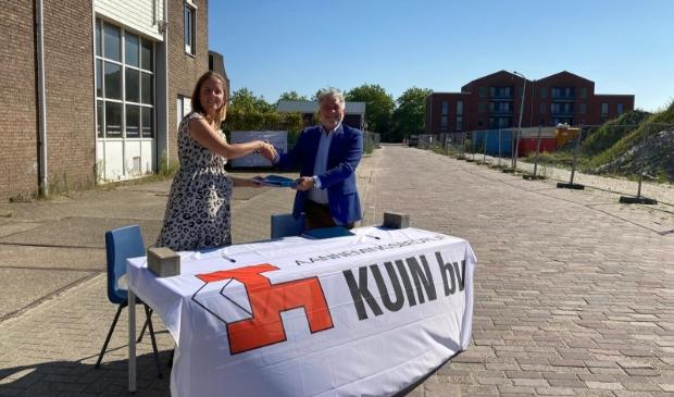 <p>Wethouder Jongenelen en Suzanne Kuin van Kuin Vastgoedbeleggingen B.V., ondertekenen de exploitatieovereenkomst over de ontwikkeling van het plan. </p>