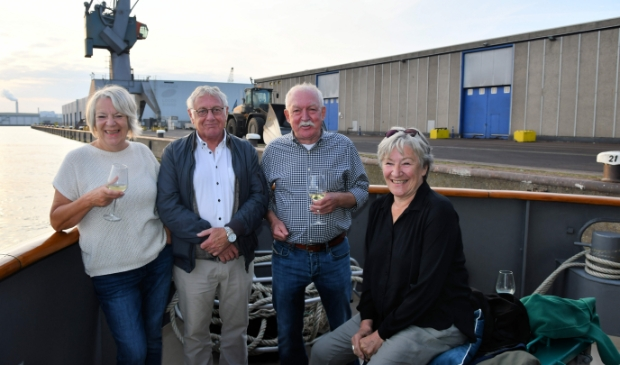 <p>Noord-Amsterdammers Fred en Ans Klaasen, Jan en Nina Blanken hadden een mooi en rustig plekje gevonden op het onderste achterdek.</p>