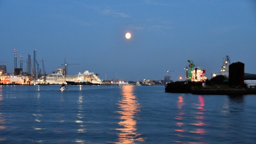 De maan over het IJ. ((Foto: Dirk Karten)) © rodi