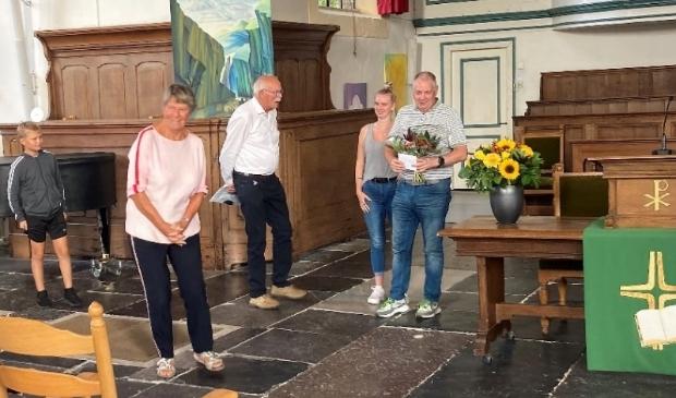 """<p pstyle=""""PLAT"""">Hans Rijken met de bloemen voor 'zijn' orgel</p>"""