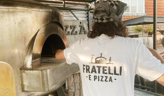 <p>De pizza's worden in een houtgestookte oven op locatie vers gebakken.&nbsp;</p>