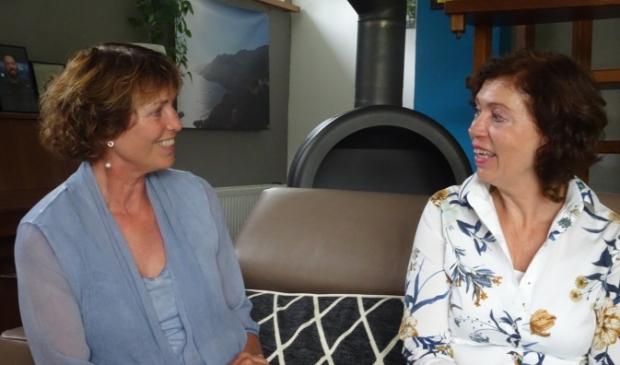 <p>Vrijwilligster Annelies Dieperink (rechts) in gesprek met ouderenadveseur Rettie Bentvelsen.</p>