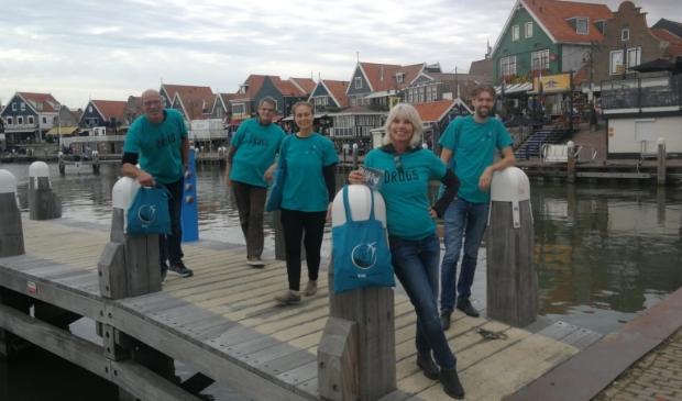 <p>De vrijwilligers - op de foto tijdens een eerdere actie in Volendam - houden zaterdag een flyeractie in Heemskerk.&nbsp;</p>
