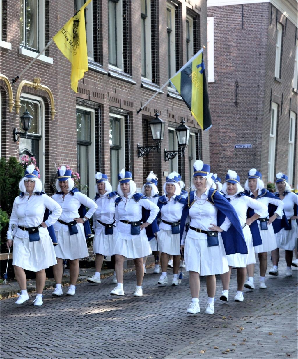De majorettes fleurde het straatbeeld op. (Foto: Ton Koomen) © rodi