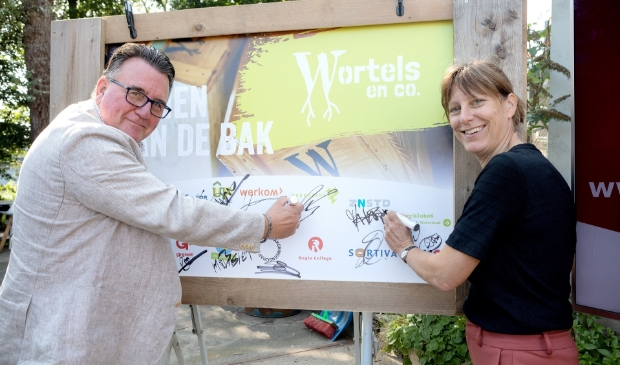 <p>Wethouders Mario Hegger en Natasja Groothuismink verrichten de offici&euml;le opening van Wortels en co.</p>