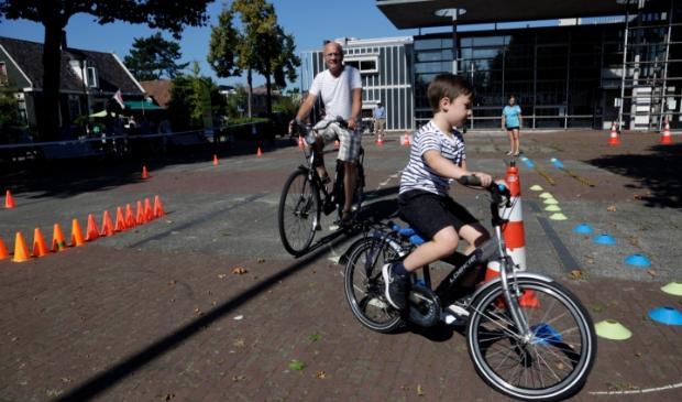 <p>(Klein)kinderen en (groot)ouders konden hun fietsvaardigheid testen</p>