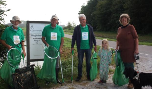 <p>Drie leden van Langedijk4GlobalGoals en enkele bewoners van LiberTerra in Koedijk trokken gezamenlijk op om ter plaatse zwerfafval te verzamelen. </p>