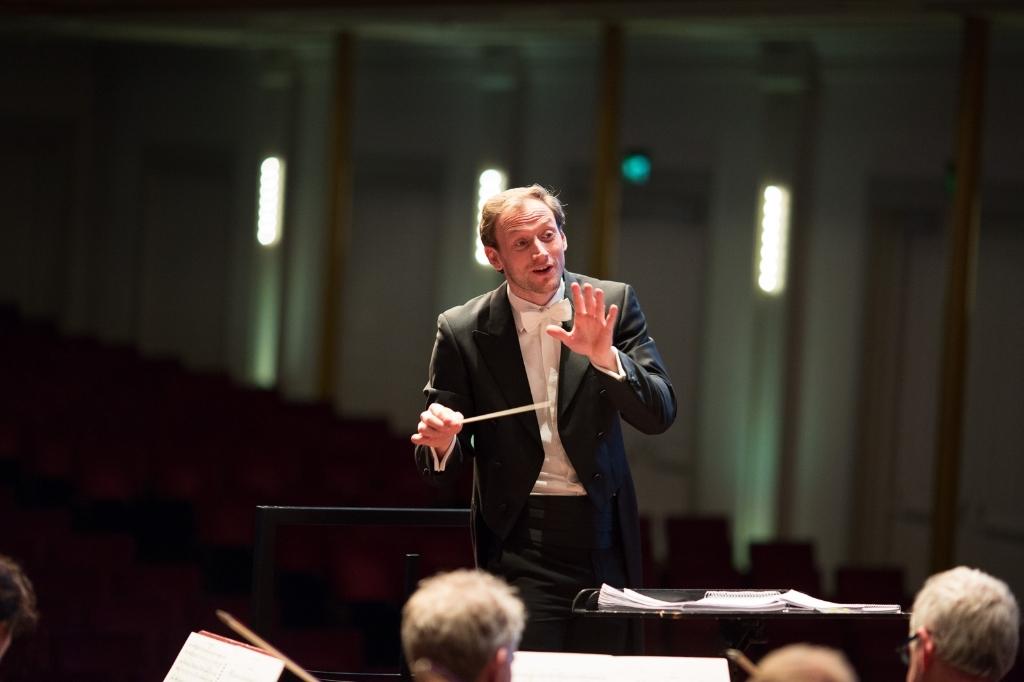 <p>De dirigent van de Philharmonie.</p>