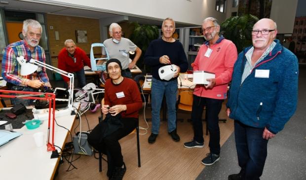<p>Het team van het Repair Caf&eacute; Wormerveer staat paraat om allerlei huishoudelijke apparaten een tweede leven te geven.</p>