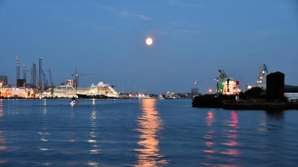 De maan over het IJ.... ((Foto: Dirk Karten)) © rodi