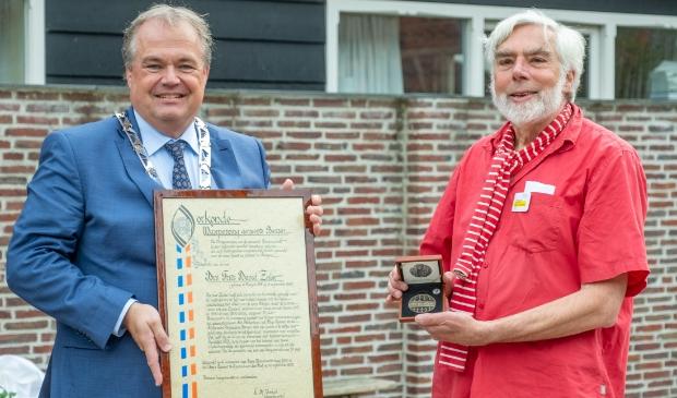 <p>Burgemeester Lars Voskuil reikte 10 september de penning en de oorkonde uit aan Frits David Zeiler</p>