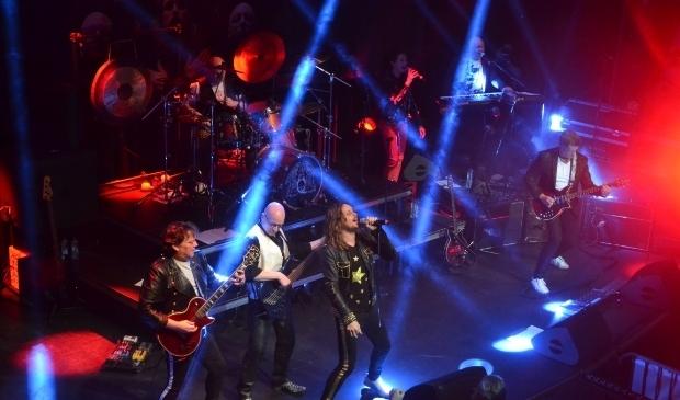 Crazy Little Things speelt de planken uit het podium. De band bezit veel Haagse fans.
