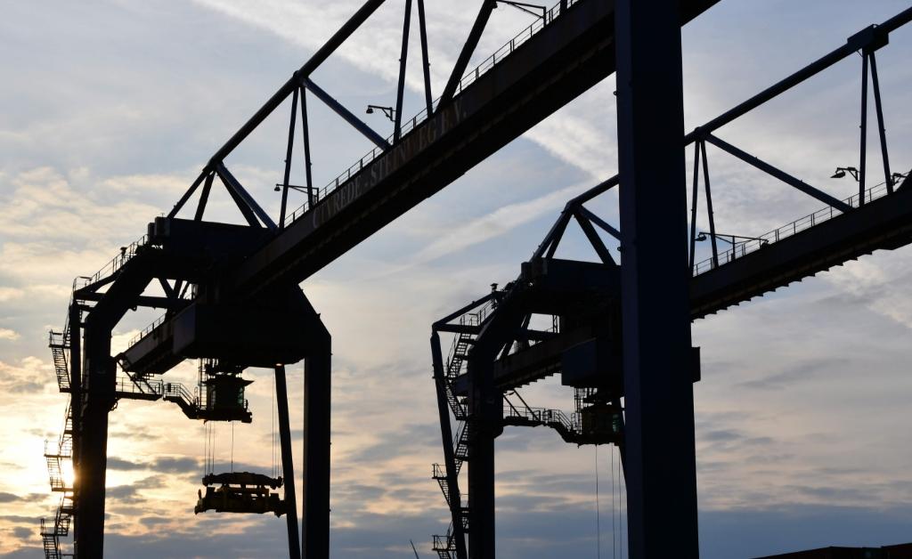 Stoer staal en romantiek bij de ondergaande zon in de Amsterdamse haven. ((Foto: Dirk Karten)) © rodi