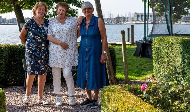 <p>Co&ouml;rdinator Vera Tielrooij me twee gastvrouwen van Huis aan het water.&nbsp;</p>