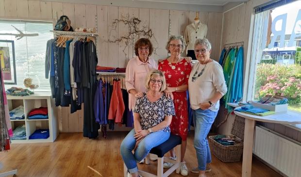 <p>Corry, Joke, Marga en Anneke vertellen met liefde het verhaal achter ieder kledingstuk.</p>