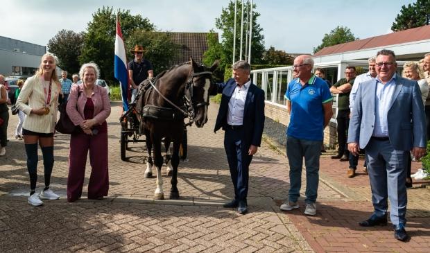 <p>Een grote verrassing wachtte Fleur, hier naast burgemeester Karen Heerschop, bij De Kloek. </p>