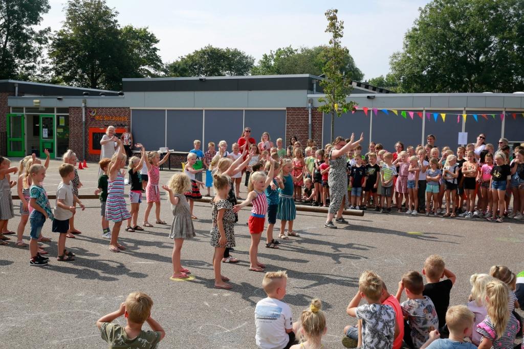 De kinderen verzorgden een voorstelling op het schoolplein. (Foto: Theo Annes) © rodi