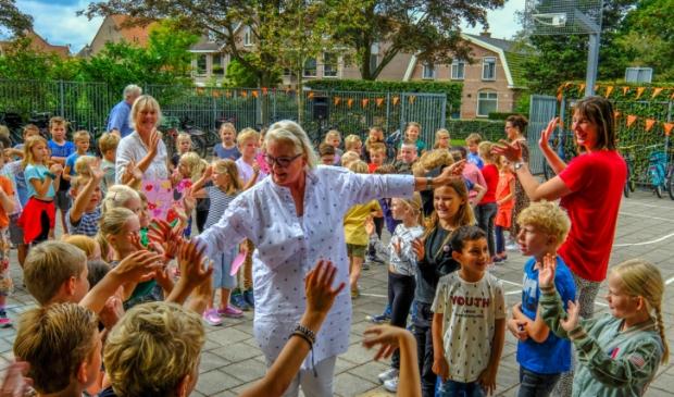"""<p pstyle=""""PLAT"""">Volop feest op het schoolplein van DE Kerkuil met juf Jenny als middelpunt.</p>"""