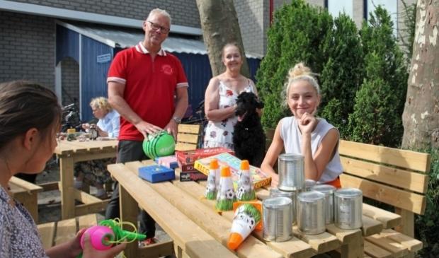 <p>Staand: Ronald Rutten en Henri&euml;tte Roos van Stichting de Mini-maatschappij Gewoon Anders. Zittend: bezoekers. (Foto: Peter van Zetten).&nbsp;</p>