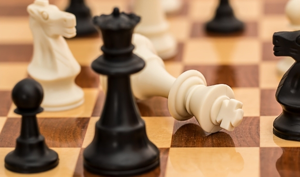 <p>Wie zet de anderen het eerst schaakmat?</p>