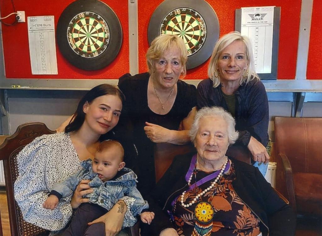 <p>Van jong naar jong belegen: Elif (5 maanden), Romy (21), Brenda (51), Lucy (72) en Greet (92).</p>