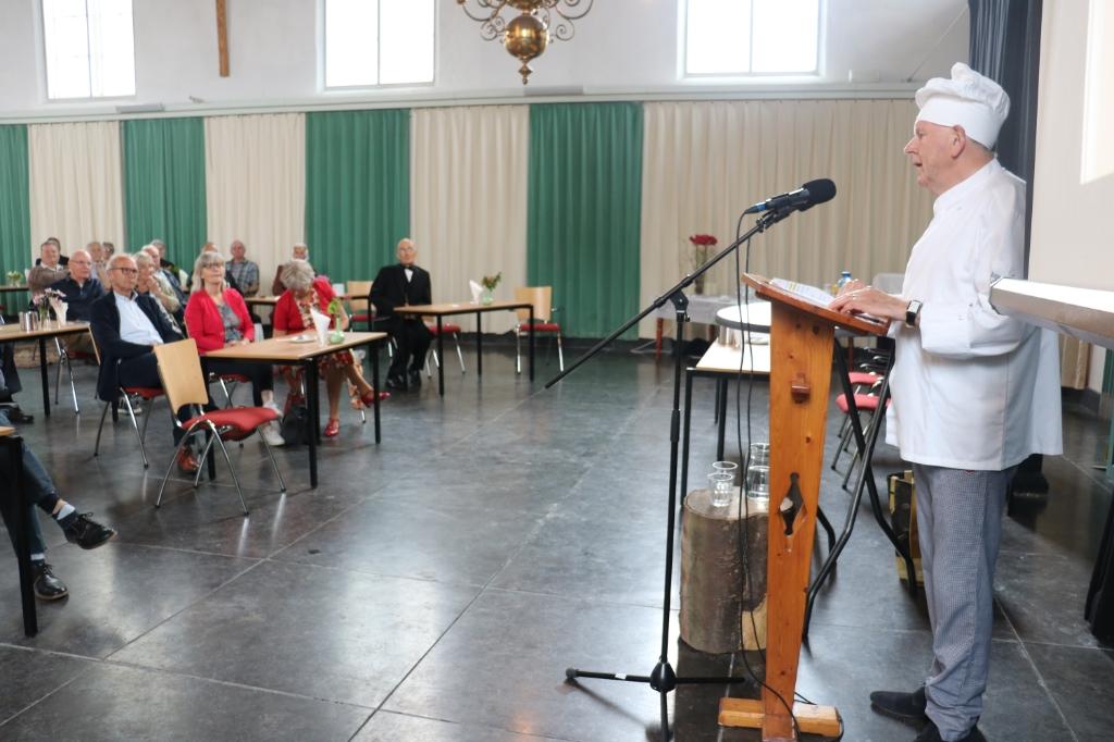Gijs Otten vertelde op humoristische wijze over de tentoonstelling Verdwenen Bakkers. (Foto: Corrie Bos) © rodi