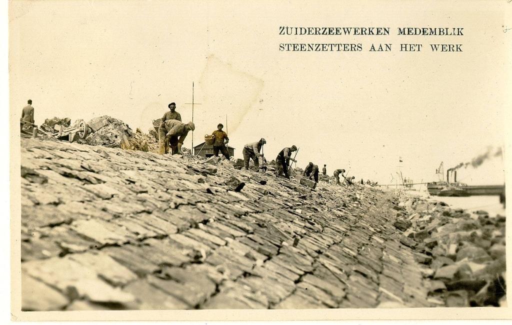 Zuiderzeewerker Medemblik, steenzetters aan het werk. ((Foto: Westfries Archief )) © rodi