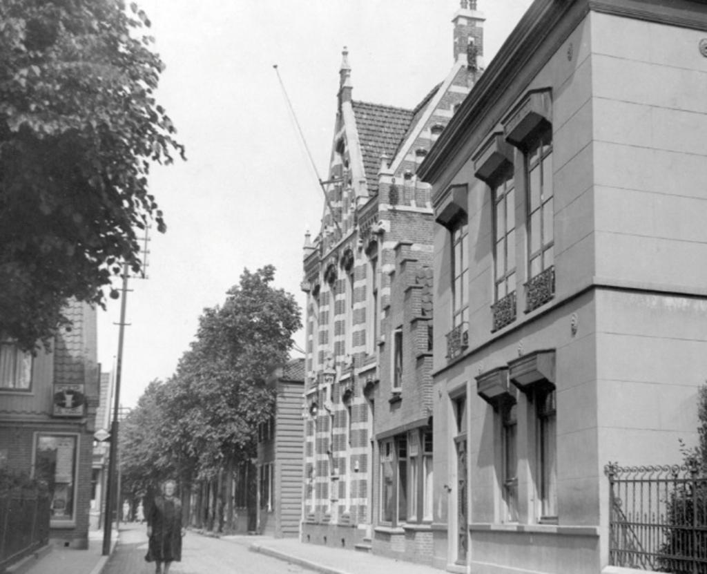 <p>Noorderhoofdstraat circa 1950 met rechts het postkantoor dat in 1968 is gesloopt.</p>