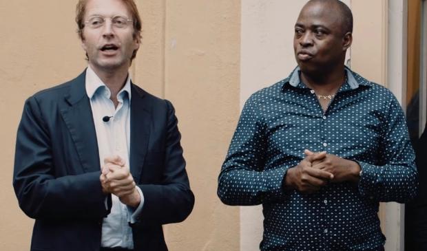<p>Taco Dibbits, directeur Rijksmuseum Amsterdam, opende de tentoonstelling 11 september. Rechts kunstenaar Marcel Pinas.</p>