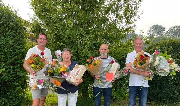 <p>Ren&eacute; Zaal, Erna Lute, Jacques Zonneveld, en Johan Breetveld ontvangen een bloemetje voor hun jubileum.&nbsp;</p>
