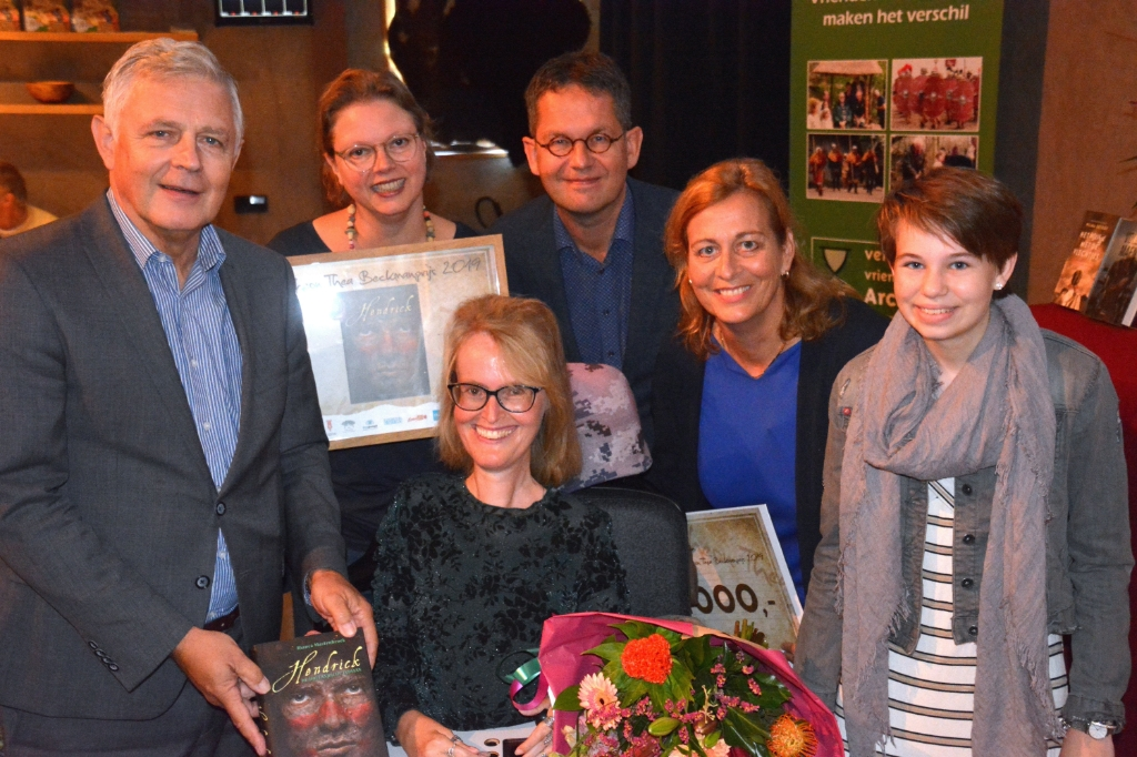 Archeon Thea Beckmanprijs en Jonge Beckmanprijs winnaar 2019 Bianca Mastenbroek met haar boek. ( Foto: Museumpark Archeon.) © rodi