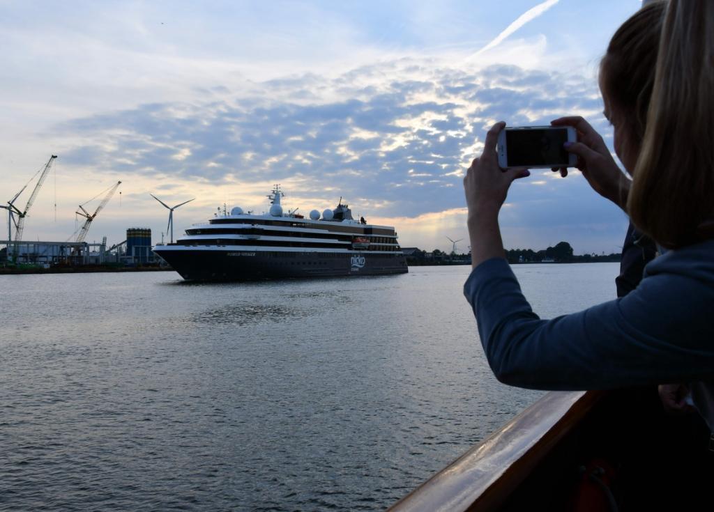 Indrukkende cruiseschepen passeren de deelnemers aan de Havensafari. ((Foto: Dirk Karten)) © rodi