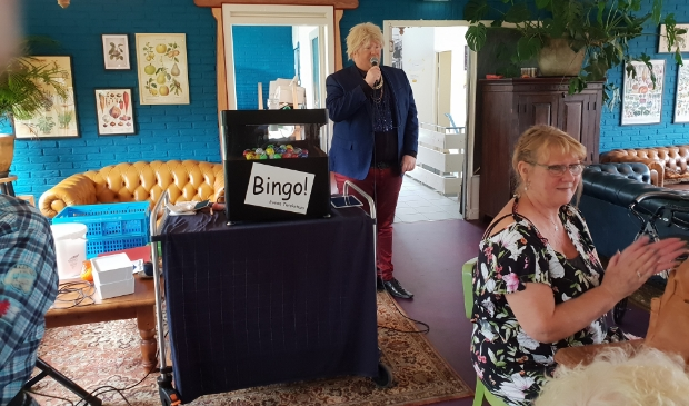 <p>Bingo Joop opent met een medley.</p>