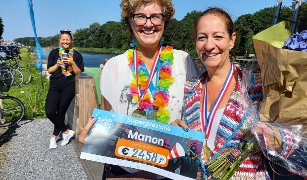 <p>Brigitte van der Erve (links) en Manon Groepenhoff: blij met de prachtige opbrengst van deze Ringvaart-swim. </p>