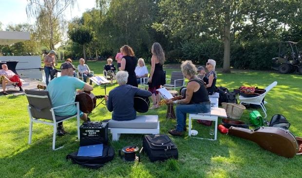 <p>Optreden van de Noord-Hollandse band Bedlam in een tuin aan de Brakersweg in Castricum.</p>