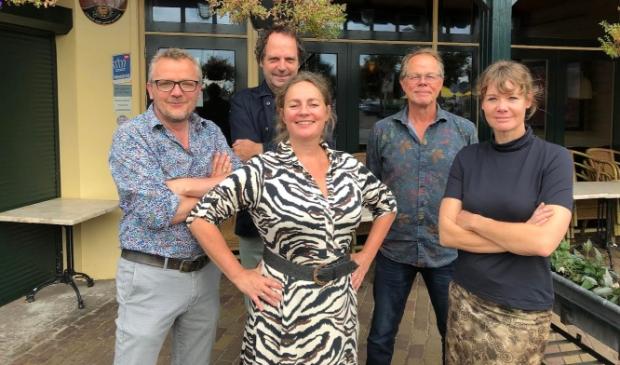 <p>De groep dorpsgenoten bestaat uit Saskia van der Meij, Henk Nieuwenhuizen, Martin de Vlugt, Merei Dekker en Jacky de Vries.</p>