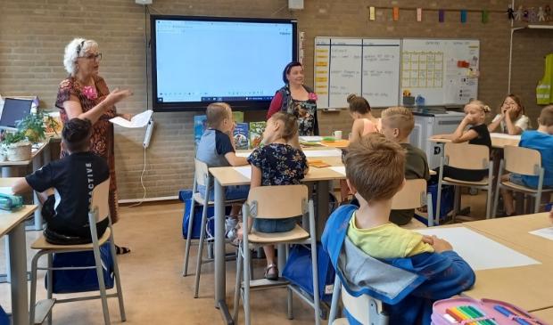 <p>Dichters Margreet Schouwenaar (l) en Katelijne Brouwer op bezoek in groep 5.</p>
