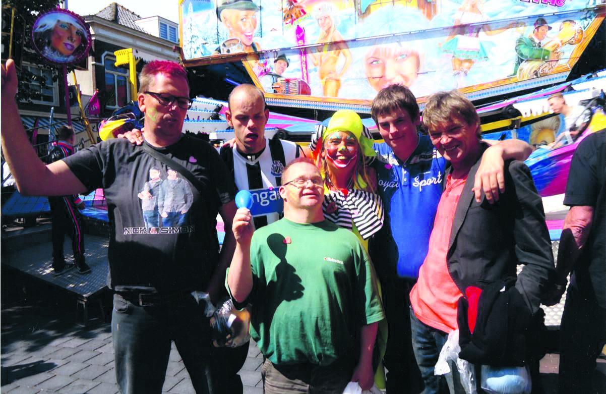 Clown Willy gaat met de cliënten op stap en gaat diverse attracties in. (Foto: aangeleverd)