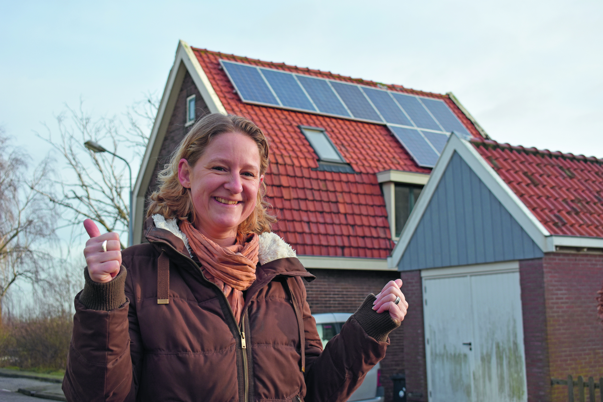 Femke is blij met deze Westzaners, die met zonnepanelen op het dak het goede voorbeeld geven. (Foto: Daan Ruijter/Rodi Media)