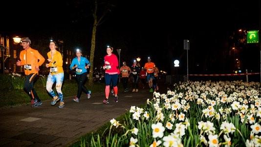 Verlicht door een headlight vertrekken de deelnemers in de duisternis. (Foto: aangeleverd)
