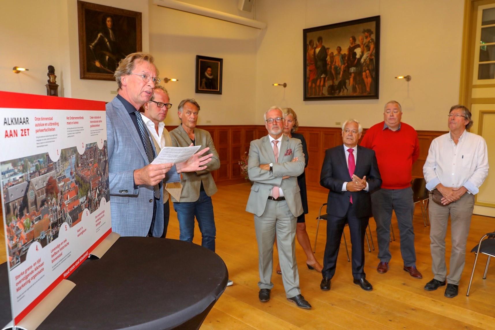Hans van de Leygraaf pleit namens ondernemers en buurtbewoners voor ambitieuze plannen voor de stad. (Foto: Vincent de Vries/RM)