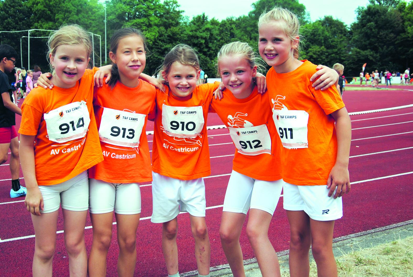 Het estafette-team meisjes pupillen C met Sara de Waard, Noa Popot, Elin Bernhard, en Robyn Besselink. Met als tweede van rechts ploeggenote Janne van der Meer.