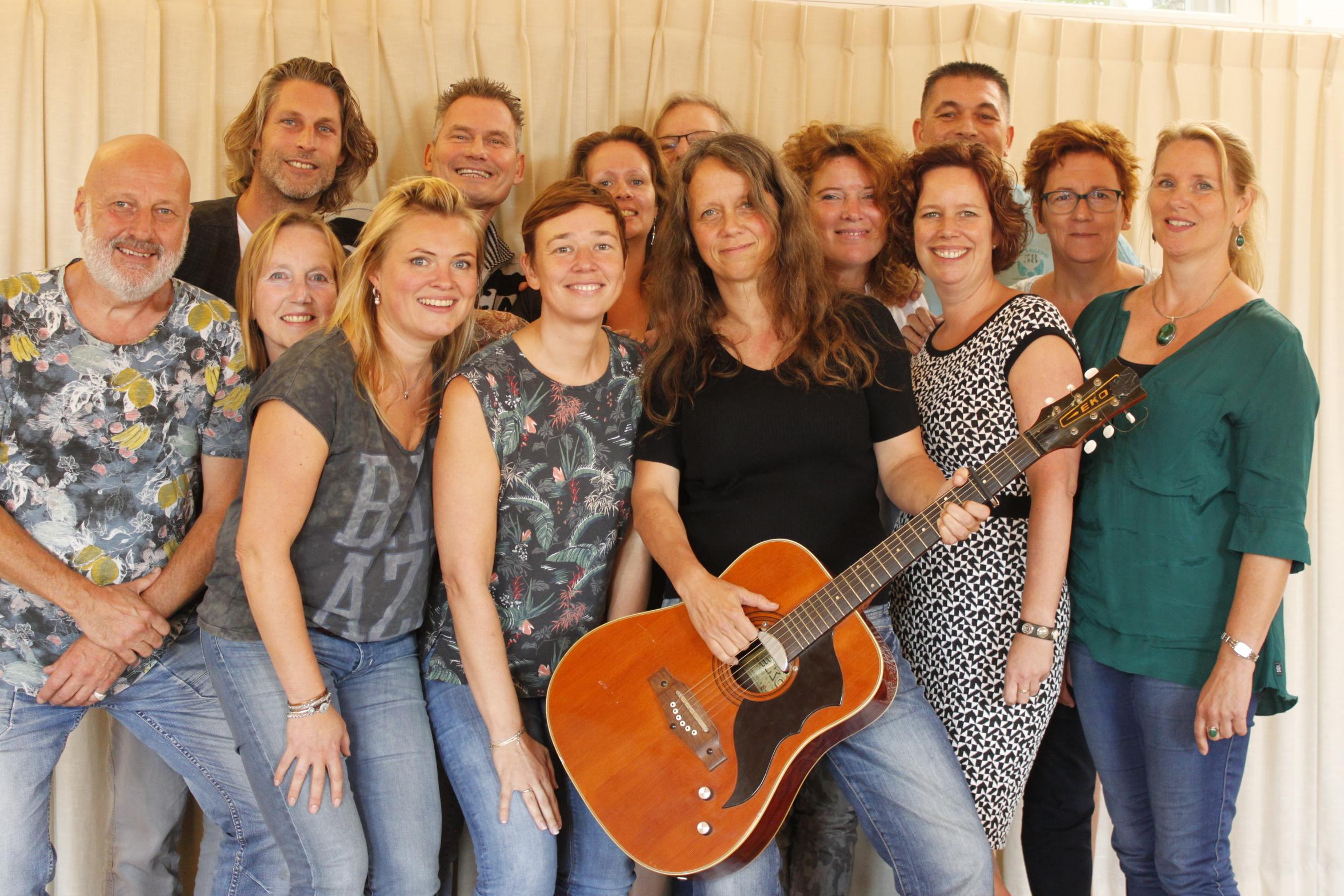 De deelnemers van De Volgspot #10 met uiterst links coach Klaas Visser en coach Ciska Ruitenberg op gitaar. (Foto: aangeleverd)