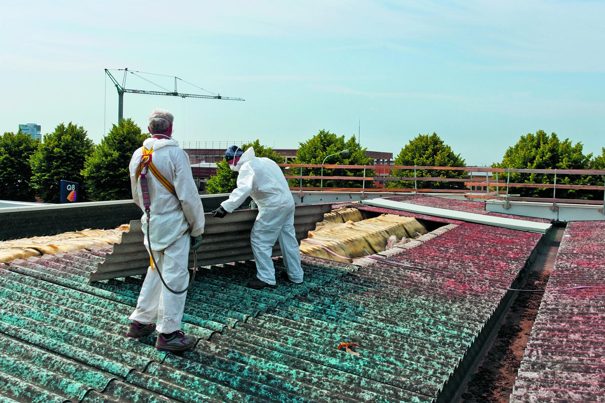 Daken van bedrijven 'besmet' met asbest zijn in Nederland na 2024 verboden. (Foto: Adobe Stock)